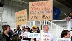 Demonstrace před sídlem KSČM. Lidé se zakrvácenými hlavami budou 'vymítat temno'
