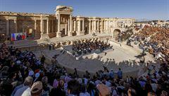 Ruský orchestr zahrál v osvobozené syrské Palmýře. Přenos sledoval i Putin
