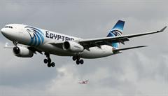 EgyptAir oznámil nález trosek, pak vše odvolal. Zřícené letadlo se stále hledá