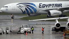 Francie vyšetřuje personál letiště kvůli pádu letadla. Na palubě byl kouř