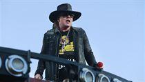 3ecc8bbbf5c Zpěváka Briana Johnsona kvůli zdravotním problémům nahradil zpěvák Guns N .