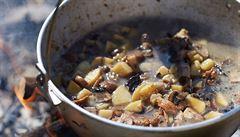 Místo instantní polévky houbový guláš. Co uvařit dětem pod stanem?