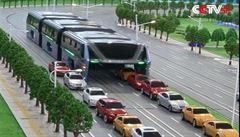 Číňané plánují autobus jezdící nad auty. Bude levnější než metro, slibují