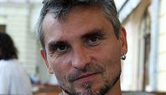 Ponořit se do krajiny slov. Lídr Trabandu Jarda Svoboda vydává k padesátinám sólové album
