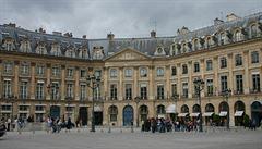 Postele i vany. Předměty z luxusního pařížského hotelu Ritz jsou do dražby