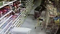 Muž chtěl v obchodě unést třináctiletou dívku. Zabránila mu v tom její matka