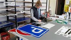Výroba dopravní značky, která slouží roky, trvá jen pár minut