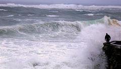 V Řecku se po úderu silné bouře pohřešují tři lidé. Jejich auta odnesla voda