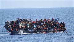 Španělská loď s migranty čeká na moři. Itálie a Malta jí neotevřely své přístavy