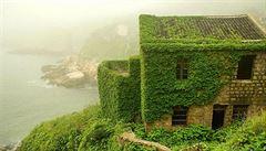 Vesnici duchů přikrývá téměř 'pohádkový koberec zeleně'