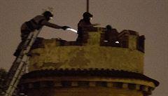 Muž vylezl na věž a házel po lidech cihly. Po 15 hodinách ho zásahová jednotka trefila taserem