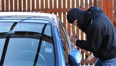 Muž kradl auta, i když měl domácí vězení. Bral je i zaměstnancům věznice