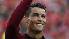 VIDEO: Ronaldo, jak ho neznáte: Při utkání svého syna běhal do křoví a podával míče