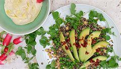 Nové super zdravé saláty. S hráškem, hráškovými lístky a avokádem