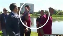 VIDEO Nezvládá tlak. Ronaldo sebral novináři mikrofon a hodil ho do jezera