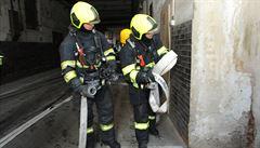 Požár bytu v Brně: Hasiči museli evakuovat dvě desítky lidí