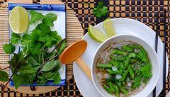Dietní a pikantní záležitost. Polévka pho se zeleným chřestem a cibulkami