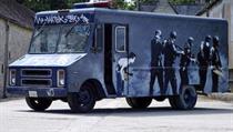 552f51738e8 Dodávka pomalovaná umělcem Banksym se vydražila za sedm milionů korun