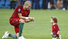 UEFA varuje hráče: Neslavte na hřišti s dětmi. Jsme na Euru, ne rodinné oslavě