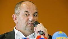 Pelta oslovil na pozici reprezentačního trenéra jen Jarolíma. Ten souhlasil, klub je proti