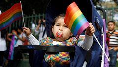 Dva gayové rodiči? 'Teď může přijít mnohoženství,' chytli se Klausovy kritiky ústavní právníci