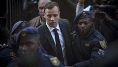 Pistorius dostal za vraždu přítelkyně šest let. Eskorta jej rovnou odvezla