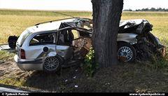 U Řevničova zemřeli při nehodě dva lidé. Nepřežili náraz do stromu