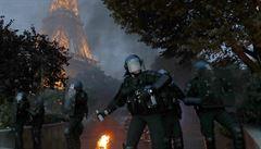 Nepokoje pod Eiffelovkou. Policie krotila fanoušky slzným plynem a vodními děly