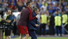 Fotbal nudil, fanoušci se bavili po svém. Finále Eura patřilo můrám, slzám i komediantům