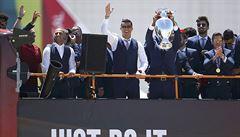VIDEO: Ronaldo se mazlil s trofejí, Portugalsko vítalo své hrdiny. A šály vlály i v Bruselu