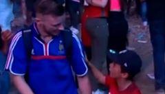 VIDEO Portugalský hoch utěšoval v centru Paříže plačícího francouzského fanouška