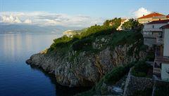 Ostrov kamene, kterému vládly ženy a kde bazalka nosí lásku. Vítejte na Krku