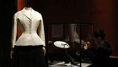 Navrhla slavnou kabelku baguette, po štafetě mužů je první ženou Diora