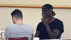 Spratek. Balotelli po vyhazovu z Liverpoolu kouří na dovolené cigaretu za cigaretou