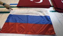 Chyba uklízečky, nebo provokace? Rusové si stěžují na zauzlovanou vlajku ve vesnici