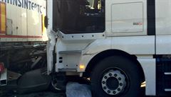 Nehody komplikovaly provoz na D1. Dva kamiony mezi sebou sešrotovaly osobní auto