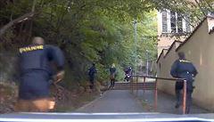 Divoká honička motorkáře s policií. Muž na drogách chtěl vyjet schody na Bertramce