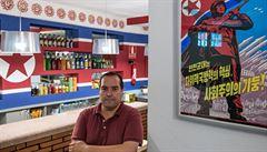 Obrazy Kimů, knihovnička a rudé hvězdy. Španělské Pchjongjang Café oslavuje KLDR