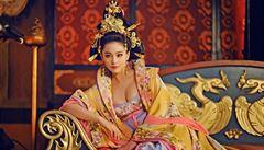Čína zakazuje v pořadech západní manýry. Třeba cestování časem, výstřihy či kouření