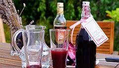 Bezinkový sirup z bobulí s rumem. K posílení imunity i k pochutnání