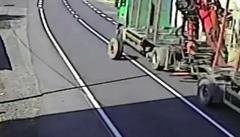 Kamionu uletělo kolo. Trefilo policejní auto
