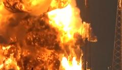 Mys Canaveral zahalil dým z výbuchu. Raketa společnosti SpaceX explodovala
