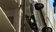 Auto viselo z 9. patra. Řidič z něj nakonec vyšplhal