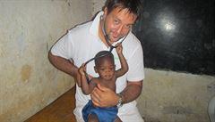 Český lékař postavil nemocnici uprostřed Afriky. 'Základní vybavení je čelovka'