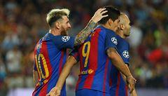 VIDEO: Neymara a Suáreze trefili lahví do hlavy. Fanoušci Valencie neunesli oslavy Barcy