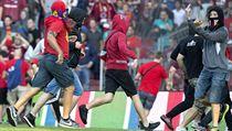 Fotbaloví fanoušci vtrhli na hřiště letenského stadionu  a6613cd5bf