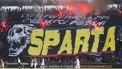 Rvali se na stadionu a demolovali centrum Milána. Dvanáct fanoušků Sparty bylo zatčeno