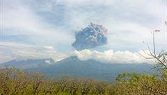 Indonésie po výbuchu sopky pátrá po stovkách turistů