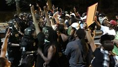 Policisté v USA zastřelili černocha, spletli si knihu se zbraní. Protestující odpověděli kameny