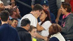 VIDEO: Chtěl požádat přítelkyni o ruku na baseballu, prstýnek se mu ale ztratil mezi diváky